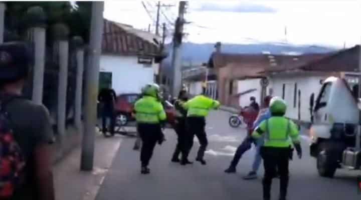 Un video muestra a dos venezolanos cayéndole a golpes y palazos a dos policías colombianos, en un operativo en Tocancipá