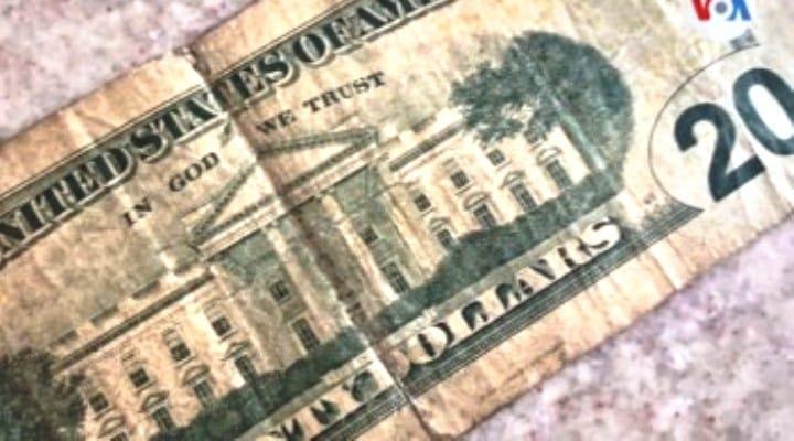 Otro negocio inverosímil, se compran billetes «feos» o rotos de 20 dólares por 10 dólares