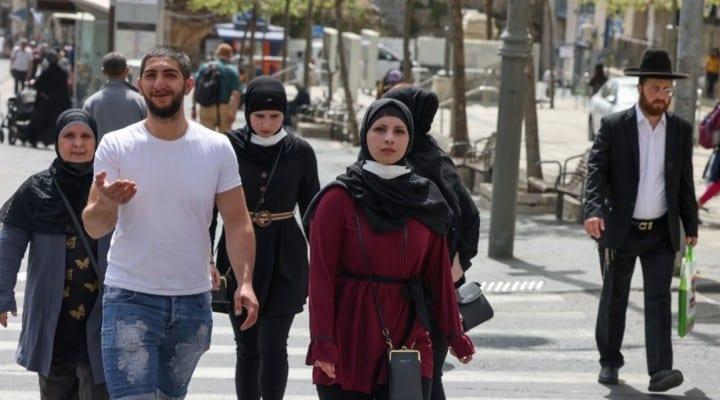 Los israelíes salen a la calle sin mascarilla anticovid