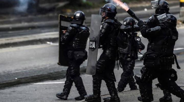 Bogotá: Esmad patea salvajemente a un niño en medio de protestas (+video)