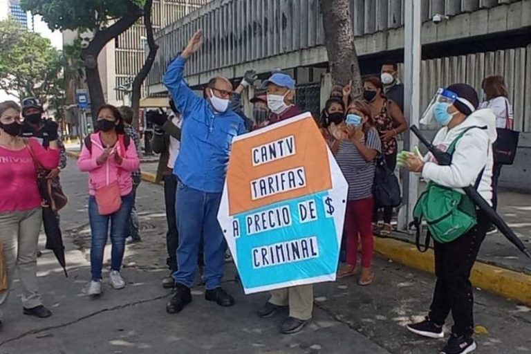 """Un grupo de caraqueños protestó, cerca de la sede de la Cantv por las nuevas tarifas """"dolarizadas"""" del servicio ABA (+Fotos)"""