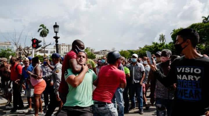 Protestas en Cuba dejan primer muerto y más de 150 detenidos