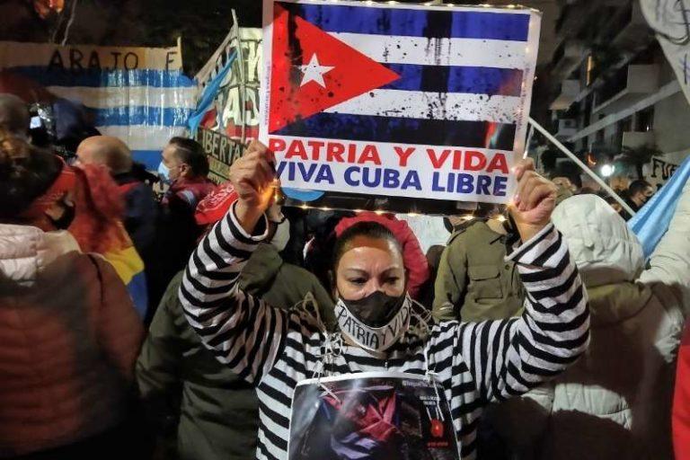 """El cántico que resonó en medio manifestación frente a embajada de la isla en Argentina: """"Venezuela y Cuba, una misma lucha"""" (+Vídeo)"""
