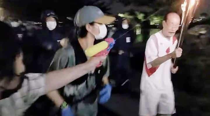 Japón: Arrestan a mujer que intentó apagar la antorcha olímpica con una pistola de agua (video)