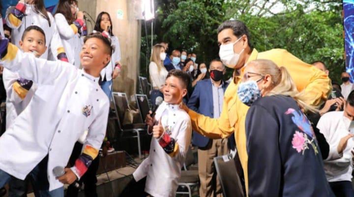 Maduro pide plan para vacunar a los estudiantes para iniciar clases presenciales en octubre