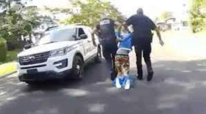 Dos policías de Ohio sacan por la fuerza a un hombre negro de su coche: «No puedo salir, soy parapléjico» (Vídeo)