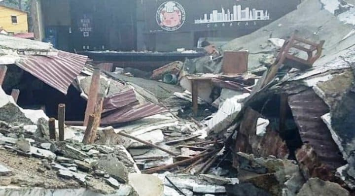 Se desplomó el techo del restaurante 'Mi cochinito frito' en Baruta (Video)