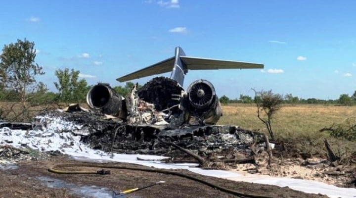 Se estrelló avión bimotor al despegar en Houston con 21 personas a bordo