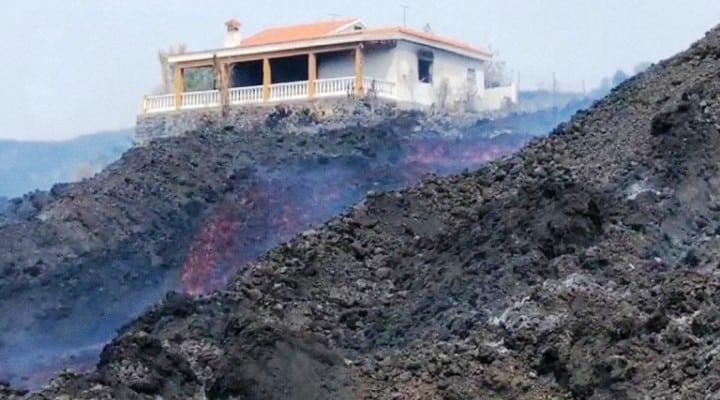 España: Una casa rodeada por flujos de lava sobrevive en solitario a la erupción del volcán Cumbre Vieja en La Palma (Video)